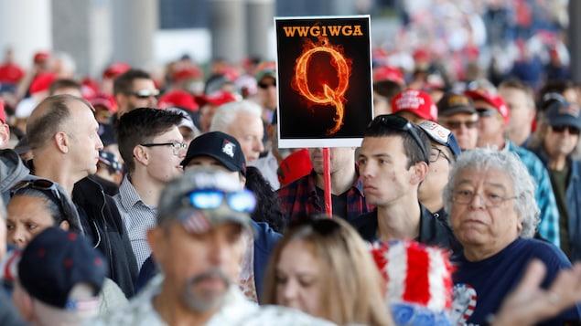 Un partisan de QAnon lors d'un rallye en soutient au président Trump, à Las Vegas, le 21 février 2020.