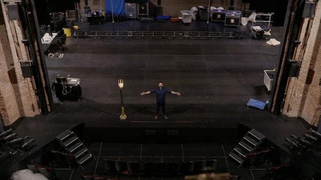 Le comédien Gabriel Dagenais sur une scène.
